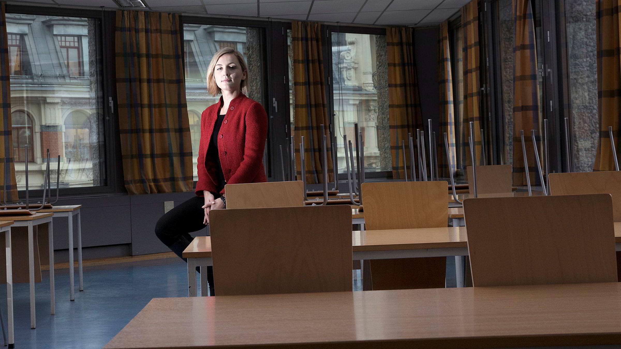 – Advokatfirmaene kan bli nødt til å slåss om de få juristene som orker å bli, i stedet for å slåss om de beste, sier jusstudent Pauline Sommerfelt Helle om arbeidspresset i advokatbransjen.