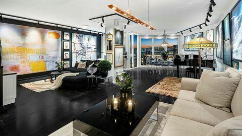 Leiligheten på Aker Brygge har en prisantydning på 13,5 millioner kroner, og selger Tor Arne Ranghus blir nabo i etasjen over.