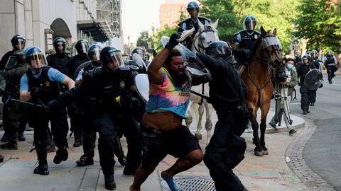 Politiet jager en demonstrant i kvartalene rundt Det hvite hus i Washington, D.C.