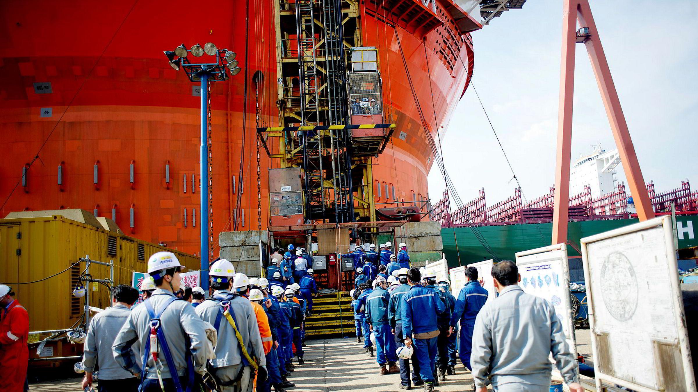 Goliat-flyteren ble bygget på det sørkoreanske verftet Hyundai Heavy Industries. Da DN var på besøk i 2014, jobbet et par tusen arbeidere på overtid med å få problemprosjektet ferdig. Plattformen har slitt tungt med regulariteten etter at den kom på plass på feltet.