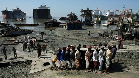 Hovedargumentet mot «beaching» er at arbeidsforholdene er elendige og at de miljømessige konsekvensene er store. I Chittagong i Bangladesh skal 22 arbeidere har mistet livet i løpet av fjoråret, skriver artikkelforfatterne.