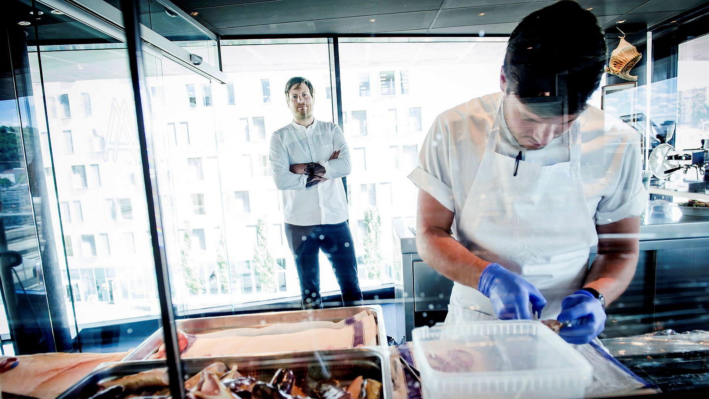 – Det er ikke mulig å drive en restaurant i verdensklasse og ha som målsetning at man skal tjene seg rik, sier Maaemo-kjøkkensjef Esben Holmboe Bang (til venstre), som nå pusser opp kjøkkenet.