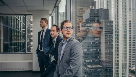 Fra kontoret i 29. etasje over Lexington Avenue i Midtown i New York har Pareto Securities' unge medarbeidere funnet nye og viktige kunder. Fra høyre: obligasjonsmegler Simon Dobas, finansiell rådgiver Knut Børsheim og analytiker Anders Løe.
