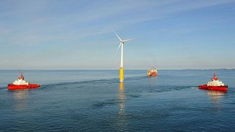 Statoils flytende vindmølle Hywind slepes fra Åmøyfjorden til Karmøy i 2009. Illustrasjon.