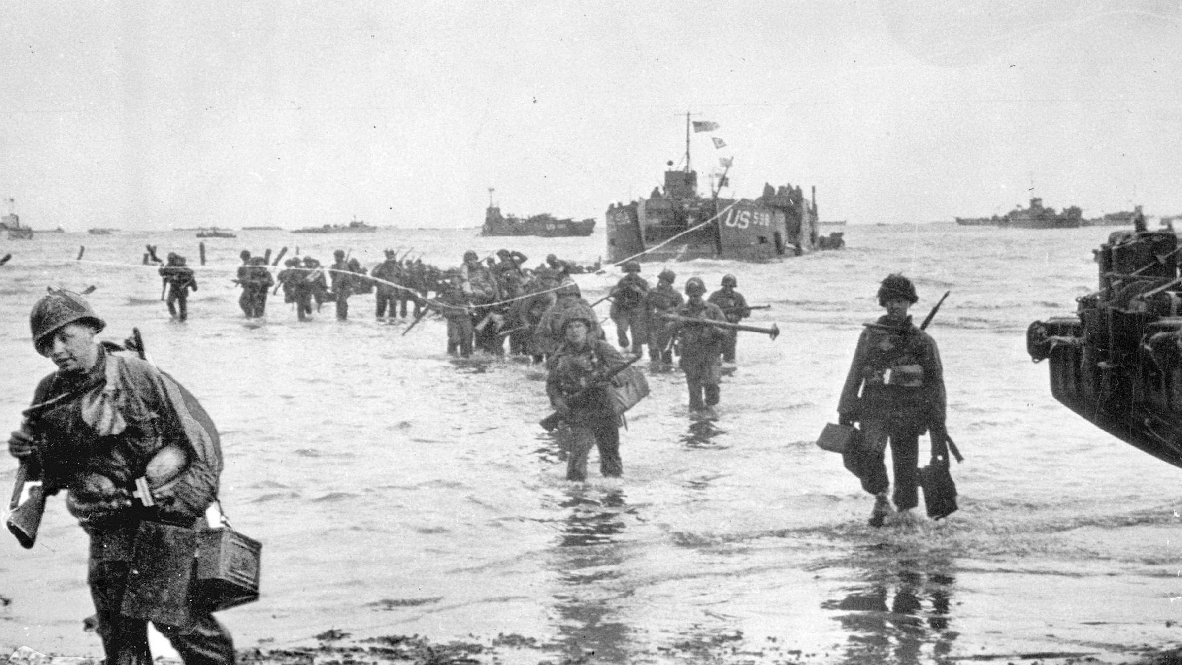 Amerikanske styrker går i land i Normandie i juni i 1944. I forkant «skapte» man en fantomhær, et annet sted, som lurte Hitler og de tyske styrkene til å tro at landgangen var todelt. Informasjonen om den falske hæren fikk tyskerne blant annet fra franske agenter – som under tortur avslørte detaljer om en strategi de selv trodde var reell.