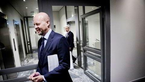 Sjef Yngve Slyngstad i Oljefondet vil flytte hjemmefra, mens sentralbanksjef Øystein Olsen (bakerst) mener at Norges Bank har vært et «godt hjem for fondet.»