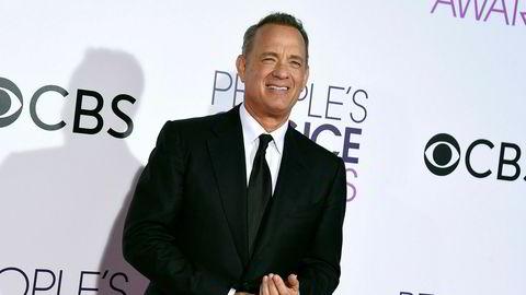 Tom Hanks gir journalistene i Det hvite hus en kaffemaskin.