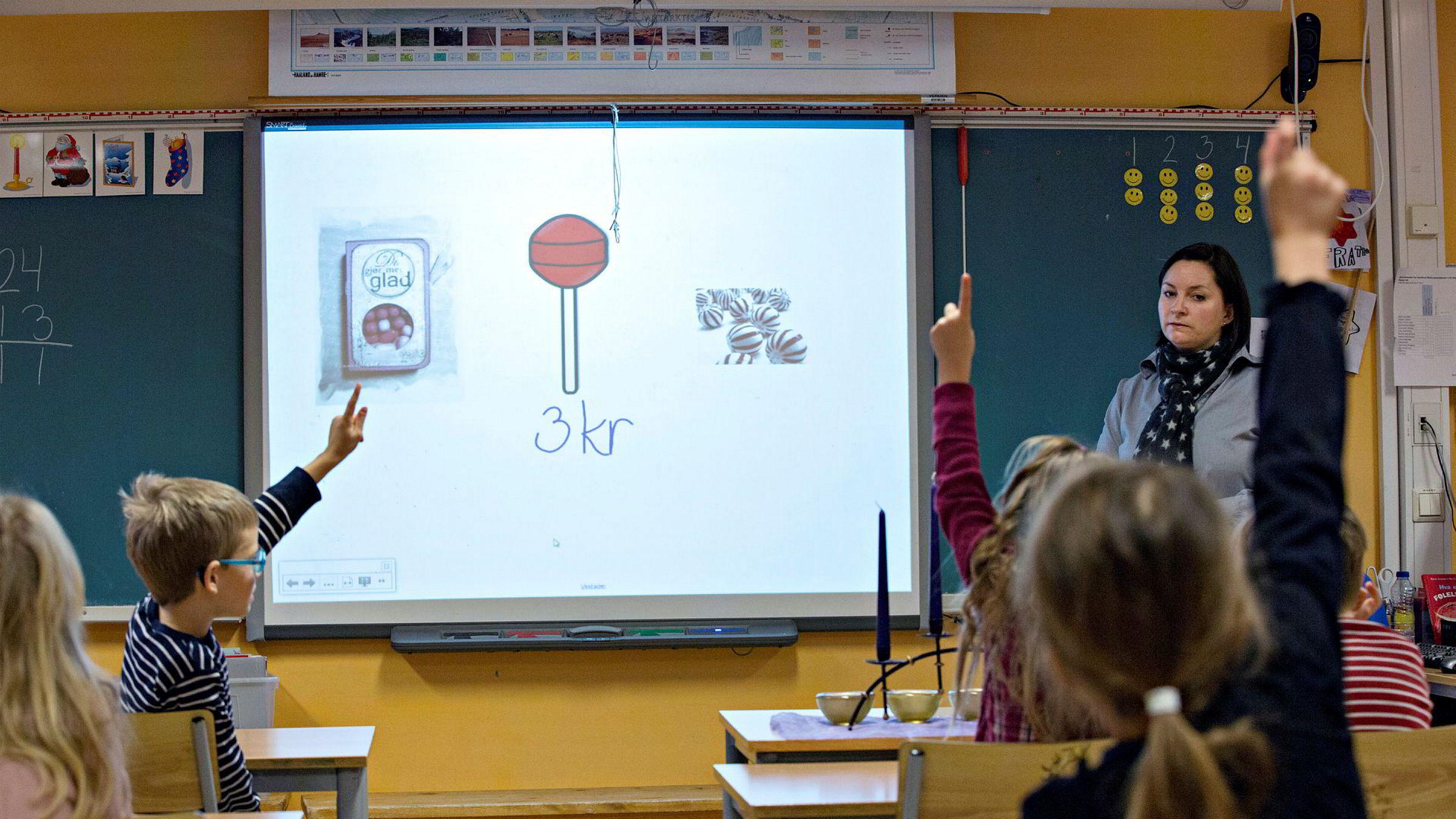 Økonomiopplæringen i skolen bør styrkes og inngå obligatorisk allerede i grunnskolen.