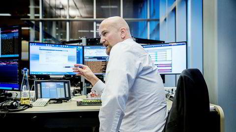 Analykter Torbjørn Kjus følger oljeprisen på råvaredesken hos DNB Markets. Foto: Fredrik Bjerknes