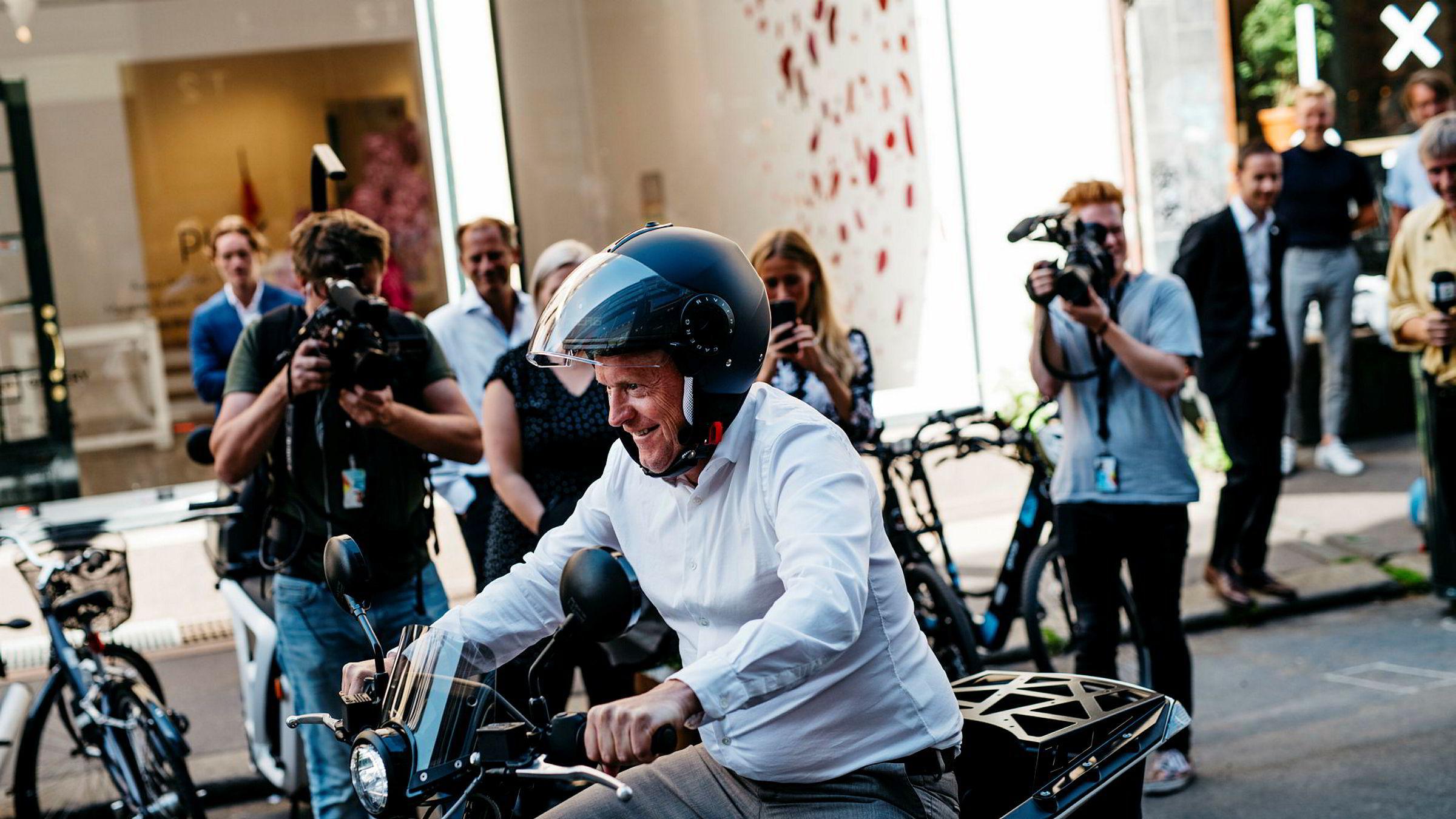 Byrådsleder Raymond Johansen (Ap) ønsker å ta satsingen på bysykkel og elbiler et skritt videre. Her tester han en el-scooter-prototyp som kan nå Oslo-markedet neste år.