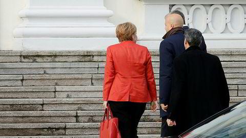 Tysklands forbundskansler Angela Merkel var mandag på vei for å møte forbundspresident Frank-Walter Steinmeier etter at regjeringsforhandlingene kollapset samme natt. Foto: REUTERS/Axel Schmidt