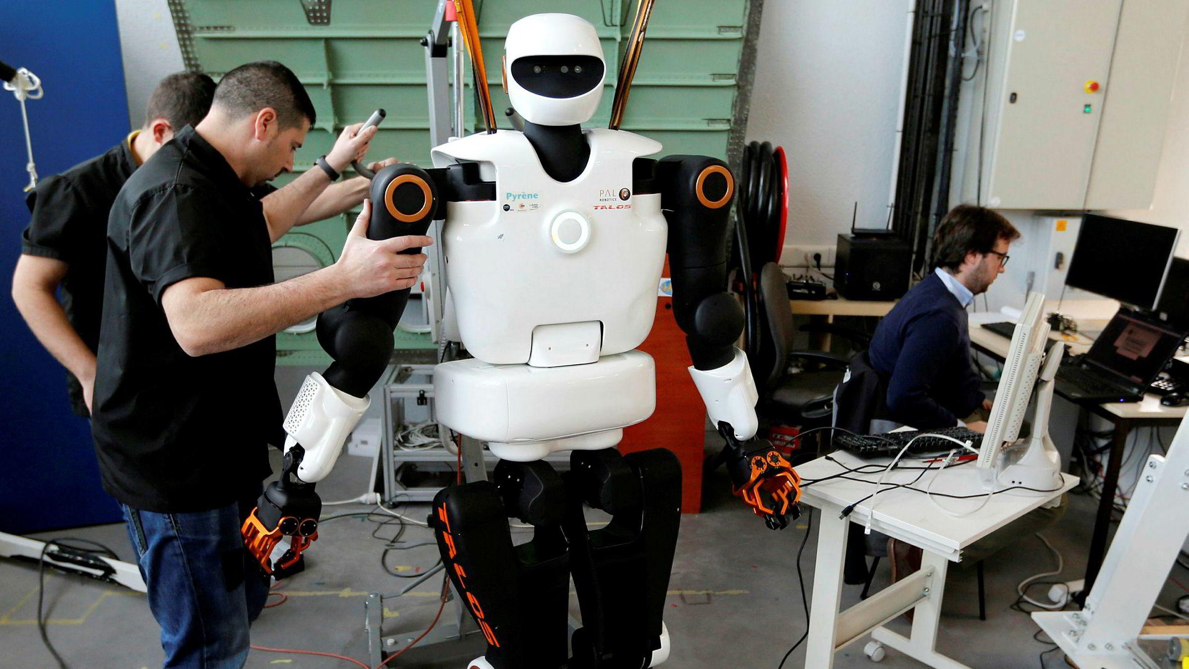 Mange økonomer trekker frem at ny teknologi alltid har tatt jobber, og at dette ikke er et problem. Tvert om fører ny teknologi til økende produktivitet og velstand, samtidig som nye jobber kommer i andre sektorer. Her tester forskere en menneskelignende robot i Frankrike.