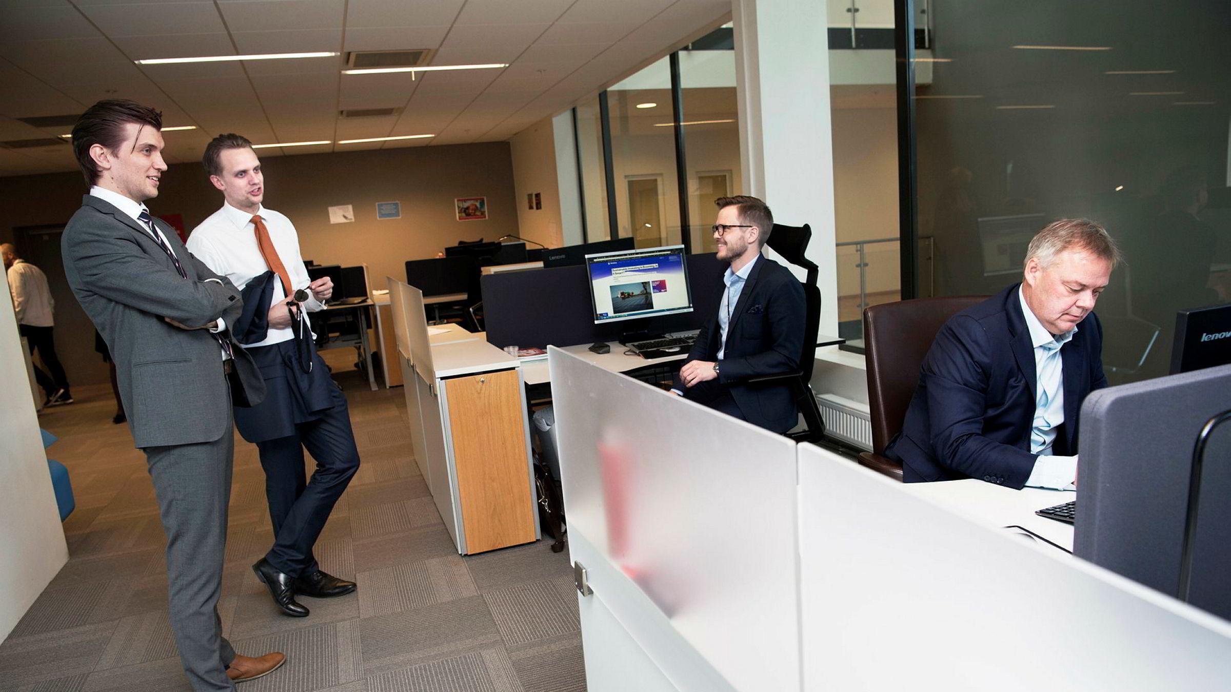 Storebrand-sjef Odd Arild Grefstad (fra høyre) stusser på funnene i «Status Norge». – Det er utrolig viktig at toppledere er nysgjerrige på det nye, sier han. Her med kollegene Jacob Risgaard Knudsen, Harald Martens Holm og Fredrik Weibull.