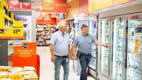 Teknisk sjef i Coop-eide Norsk Butikkdrift, Lars Waal (til venstre), sjekker temperaturen i kjøledisken i Extra Manglerud sammen med gründer Kjetil Larsen.