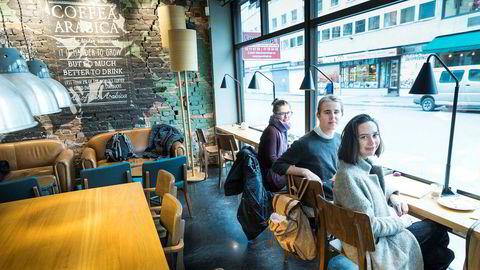 Art direction-studentene Henriette Johansen (f.v.), Lasse Sandberg Nilsen og Sollin Apelthun Sæle var tirsdag på Starbucks for å tegne til en skoleoppgave på Westerdals.