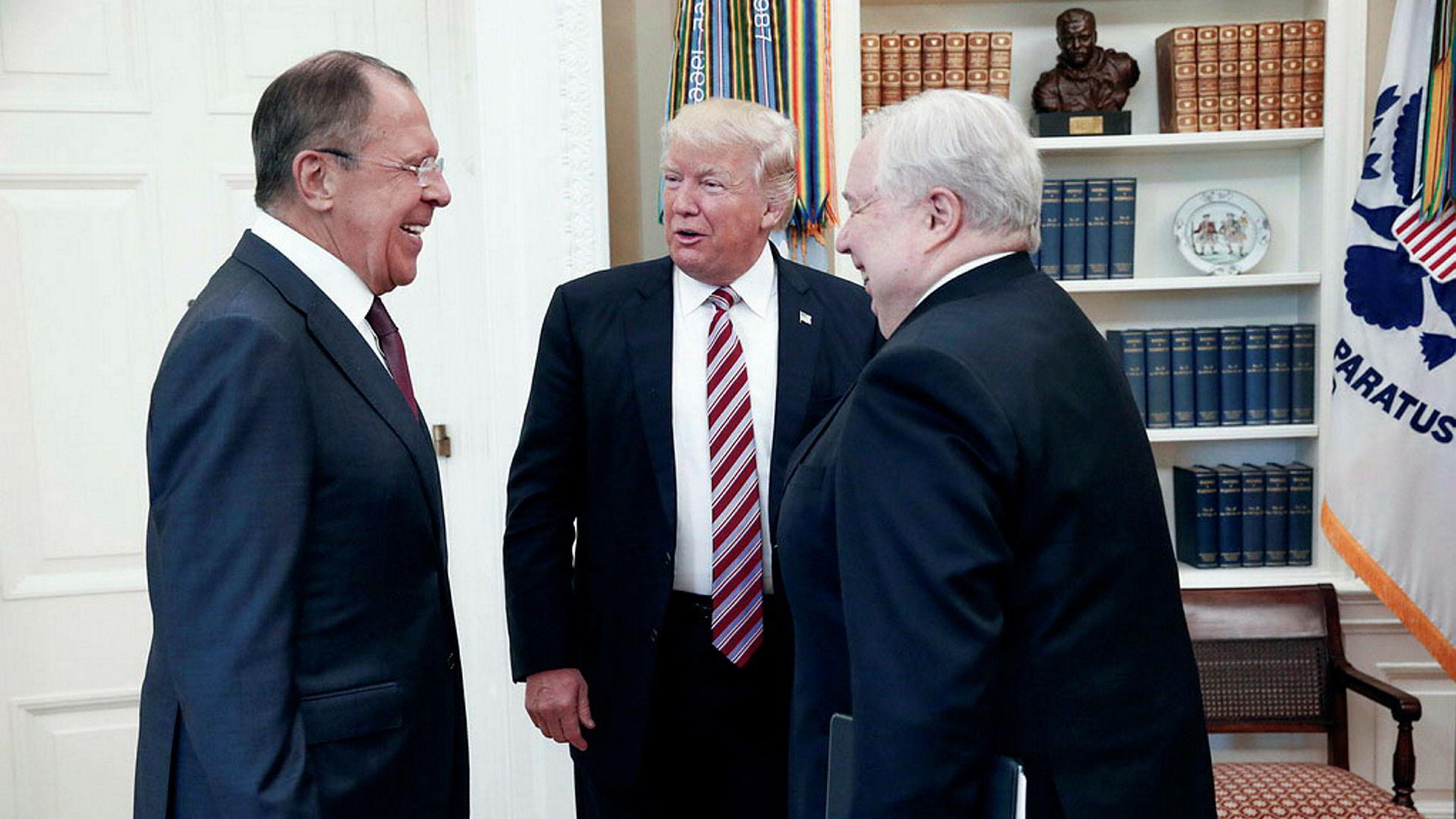 Russlands utenriksminister Sergej Lavrov (til venstre) var strålende fornøyd da han onsdag møtte Donald Trump. Til høyre, Sergey Kislyak, Russlands omstridte ambassadør i Washington, som hadde kontakt med den nå sparkede nasjonale sikkerhetsrådgiveren Michael Flynn.