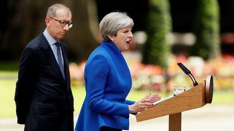 Nordea Markets mener at en regjering med Democratic Unionist Party (DUP) vil være en veldig svak regjering og vil la mange spørsmål gå ubesvart, inkludert om May til slutt blir tvunget til å gå av og hvordan Storbritannia går frem da brexit-forhandlinger venter. Her er hun sammen med sin mann Philip utenfor Downing street.