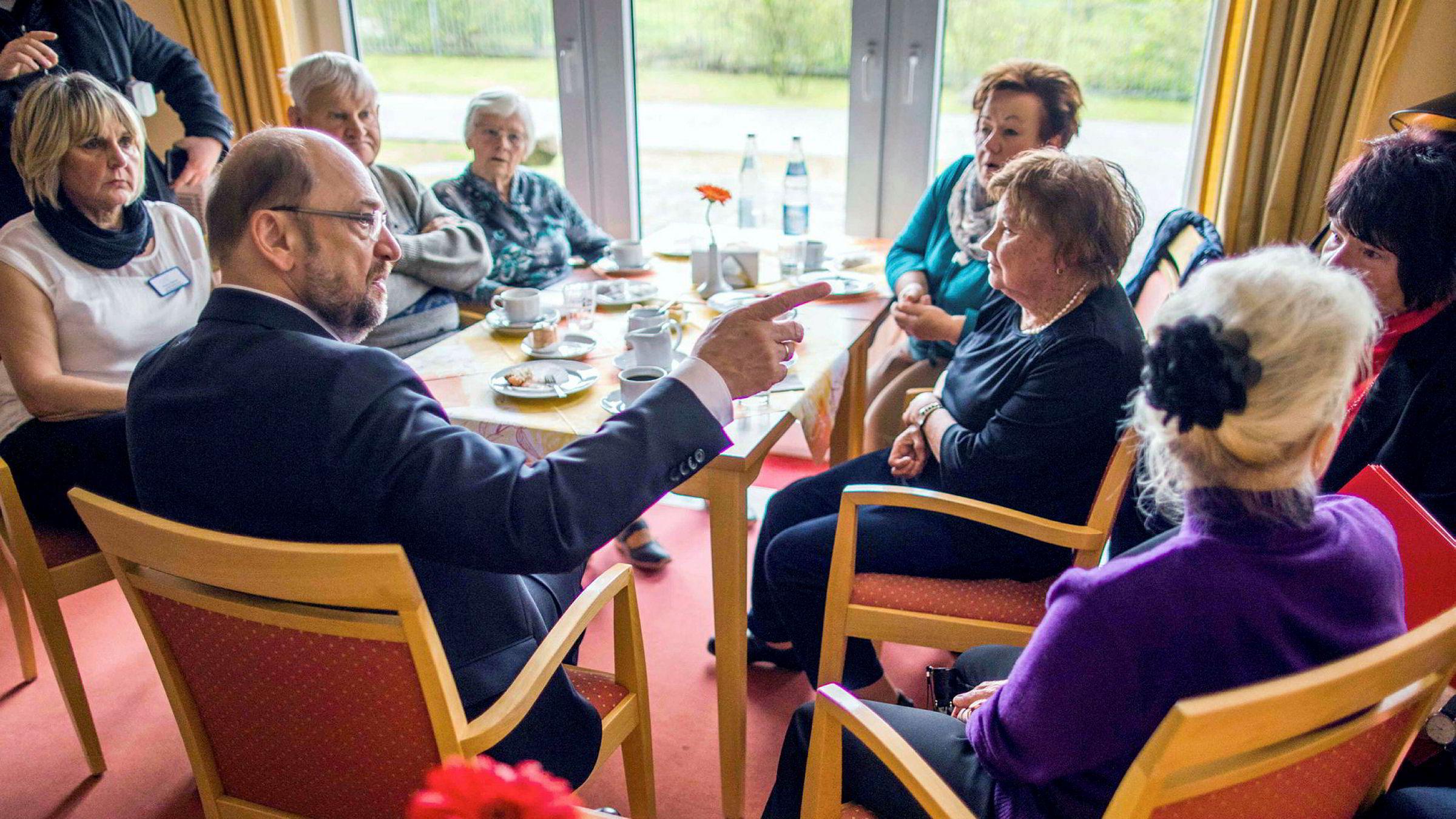 SPD og Martin Schulz er avhengig av et bra valgresultat i søndagens lokalvalg i Nordrhein-Westfalen. Her besøker Schulz et eldresenter i Pasewalk helt nord i Tyskland, i delstaten Mecklenburg-Vorpommern.