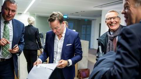 Styreleder Olav H. Selvaag i Selvaag Bolig ser på presentasjonen selskapet skal holde. Administrerende direktør Rolf Thorsen står til venstre i bildet og Jan Petter Collier og investor Erik Must står til høyre.
