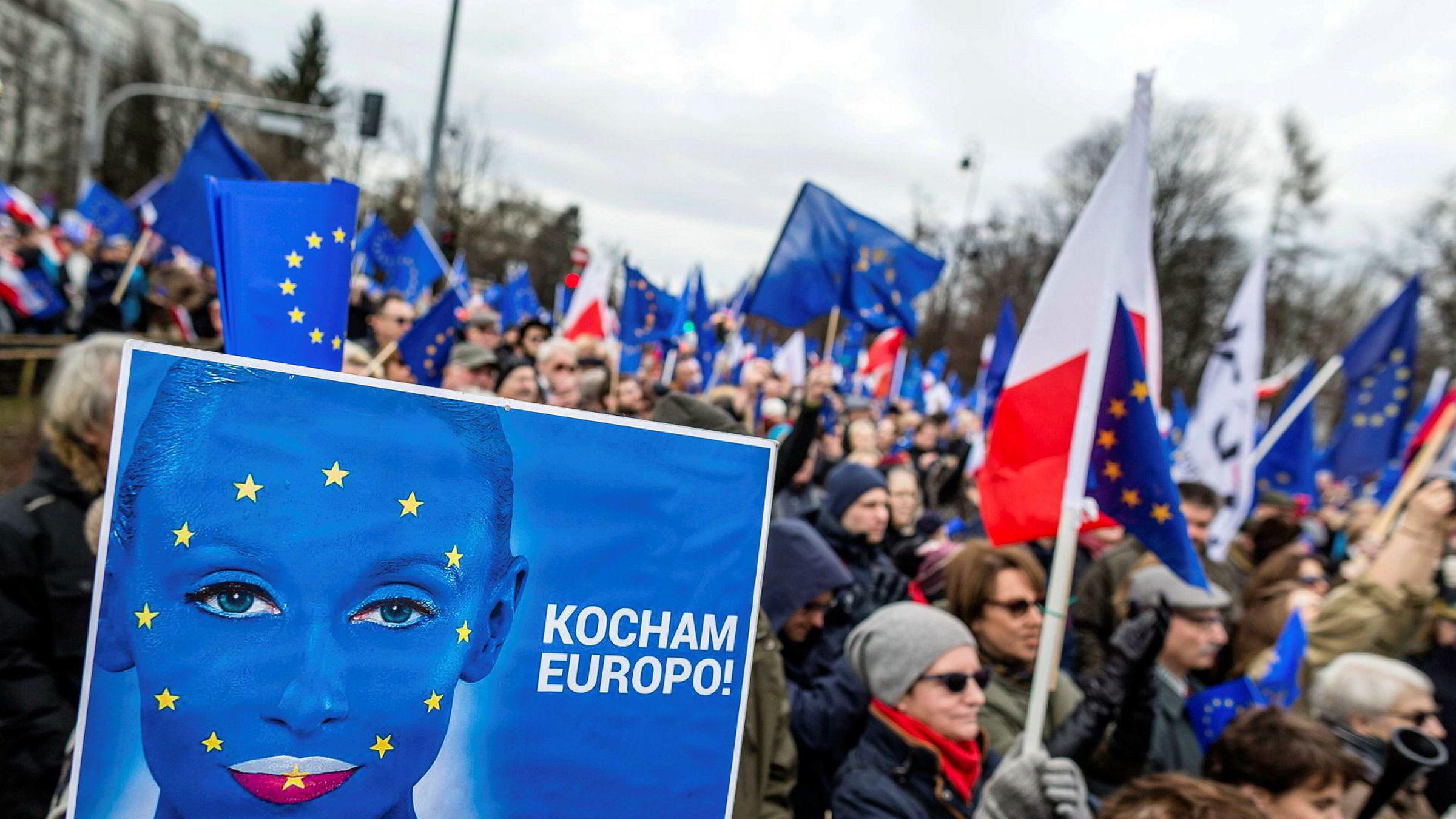 Europa er ikke lenger verdens sentrum og modell for andre, men er i sikkerhetspolitisk krise og må konsolidere seg selv. Her fra en demonstrasjon mot Polens regjering i Warszawa.