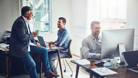 En stor ny oversiktsstudie med 49 utvalg fra mange land og i ulike settinger, viser at det som fungerer best for ledere er å bruke logisk argumentasjon, inspirere, vise nytten medarbeideren har av det man ønsker, samarbeide, konsultere samt anerkjenne og rose, skriver artikkelforfatteren.