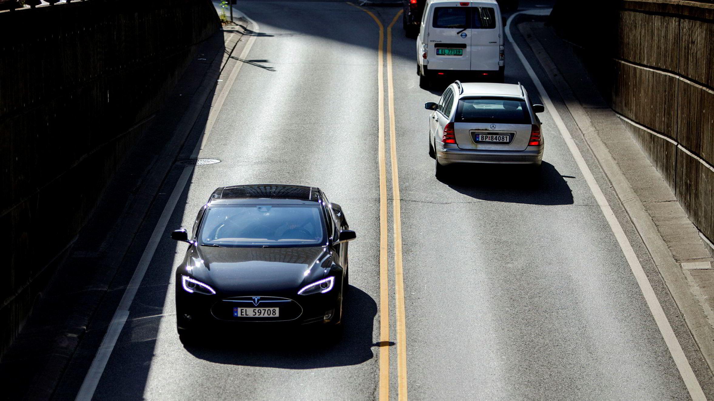 Rundt 14 prosent av alle elbiler og 9 prosent av fossilbilene i Norge var innom bilskadeverksted på grunn av skader i fjor.