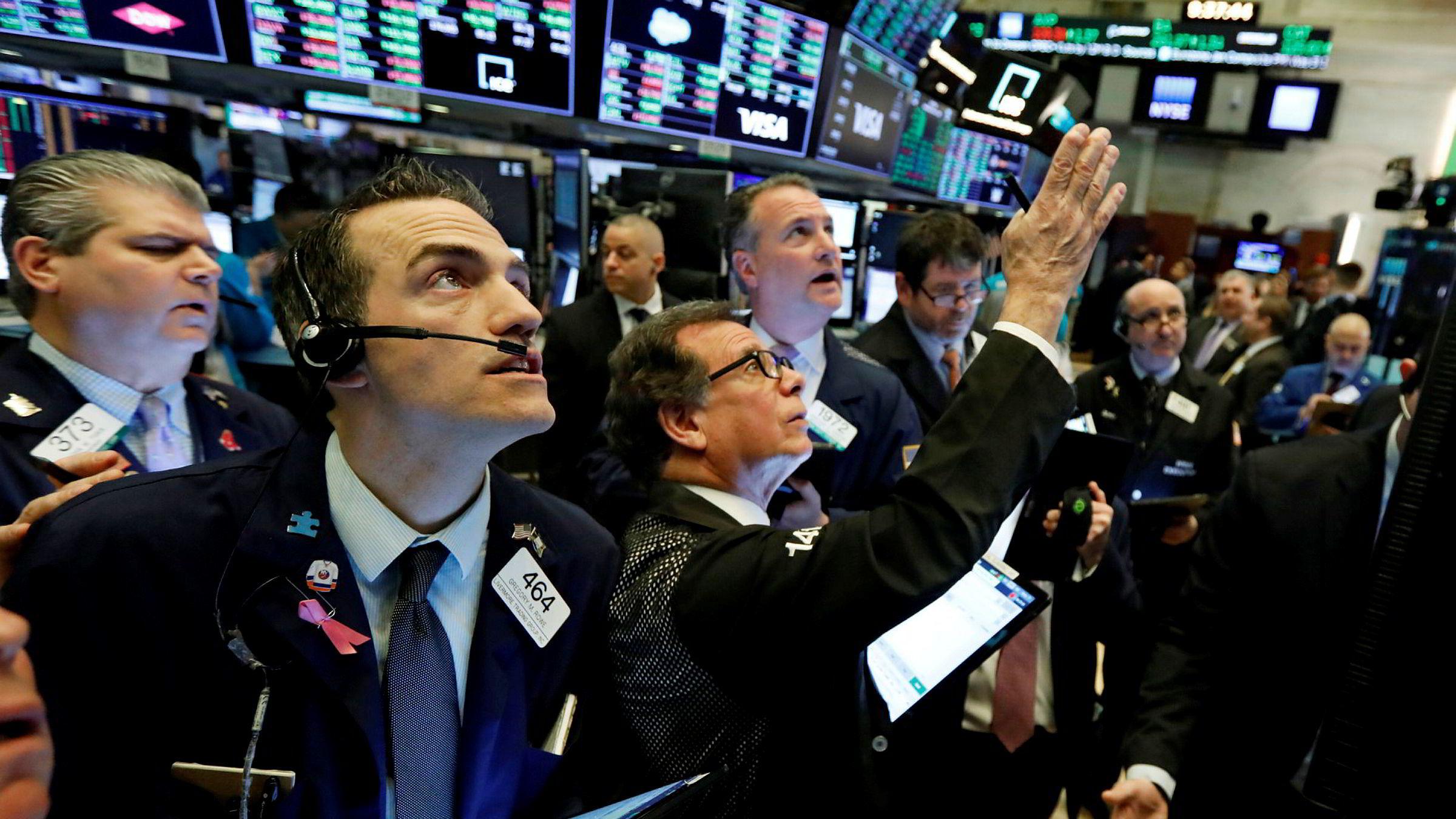 Det store spørsmålet er hvor mye skade virusepidemien vil kunne gjøre i verdensøkonomien. Her følger børsmeglere utviklingen på New York Stock Exchange.