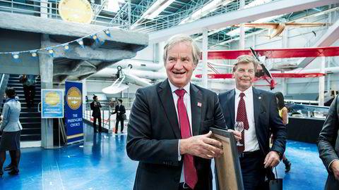 Bjørn Kjos (fra venstre) med familie eier vel en fjerdedel av Norwegian sammen med styreleder Bjørn H. Kise og kan tjene et milliardbeløp om det kommer bud på selskapet. Her er de to sammen under Paris Air Show i 2015.