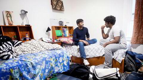 Maiuran Loganathan (til venstre) gjennomførte videregående på to år, startet selskapet Ediphy og etablerte konferansen YSI før han ble myndig. Nå går han på det som regnes som en vanskeligere skole å komme inn på enn det prestisjetunge Harvard-universitetet i Boston i USA. Her snakker han med en kompis på rommet.