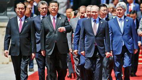 Kinas president Xi Jinping (nummer tre fra venstre) og Russlands president Vladimir Putin (nummer tre fra høyre) under møtet i «Belt and Road»-forumet mandag.
