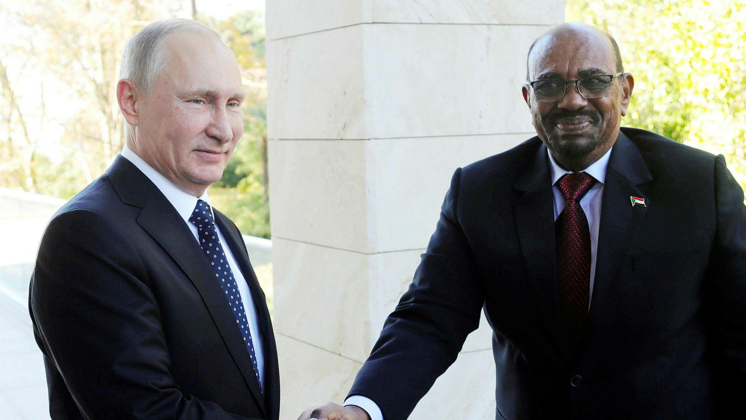 Omar Al-Bashir er siktet for krigsforbrytelser og folkemord, men det stopper ham ikke fra å dra på statsbesøk. Her hilser han på Russlands president Vladimir Putin i Moskva torsdag.