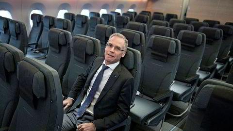 SAS-sjef Rickard Gustafson sier mange seter er tomme og en krisepakke for bransjen må inneholde mer enn kutt av flypassasjeravgiften. Her fra selskapets nye langdistansefly Airbus A350, som selskapet tok over på tampen av fjoråret.