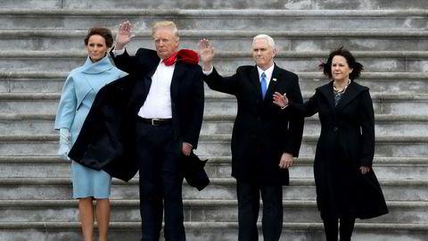 TAKK OG FARVEL. Førstedame Melania Trump, president Donald J. Trump, visepresident Mike Pence og kona Karen Pence vinker farvel til Barack og Michelle Obama, som forlater Det hvite hus timer etter at Trump ble tatt i ed.