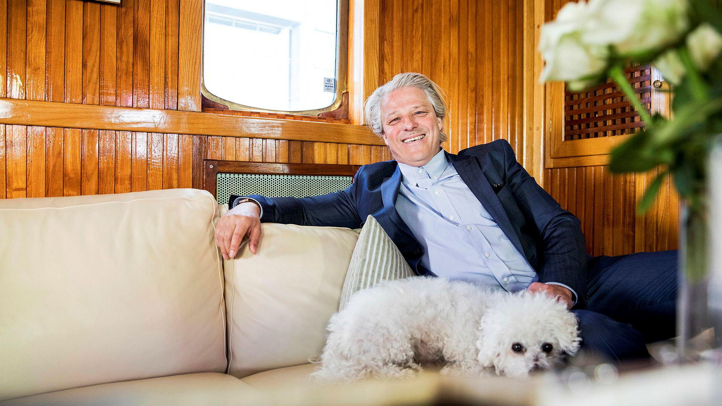 Investor Asbjørn Abrahamsen liker å handle på tilbud og venter på det store børsfallet.