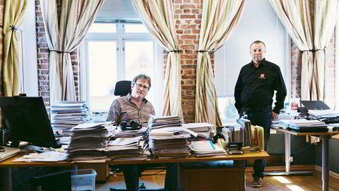 Tillitsvalgt Steinar Nesse i Transocean, til høyre, og forbundssekretær Roy Erling Furre i Safe, til venstre, går kraftig imot Transocean som nylig har igangsatt overvåkning av ansatte på plattform. Her ifra kontoret til Furre i Stavanger. Foto: