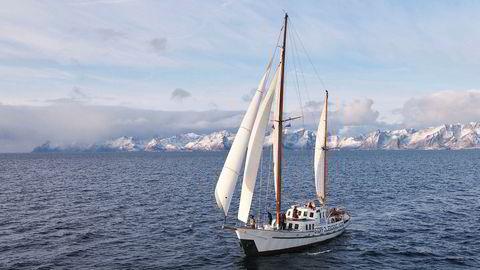 Bellona og Natur og Ungdom på vei ut til Trænarevet på Helgeland i oktober for å aksjonere mot prøveboring etter olje. Lofotveggen i bakgrunnen.