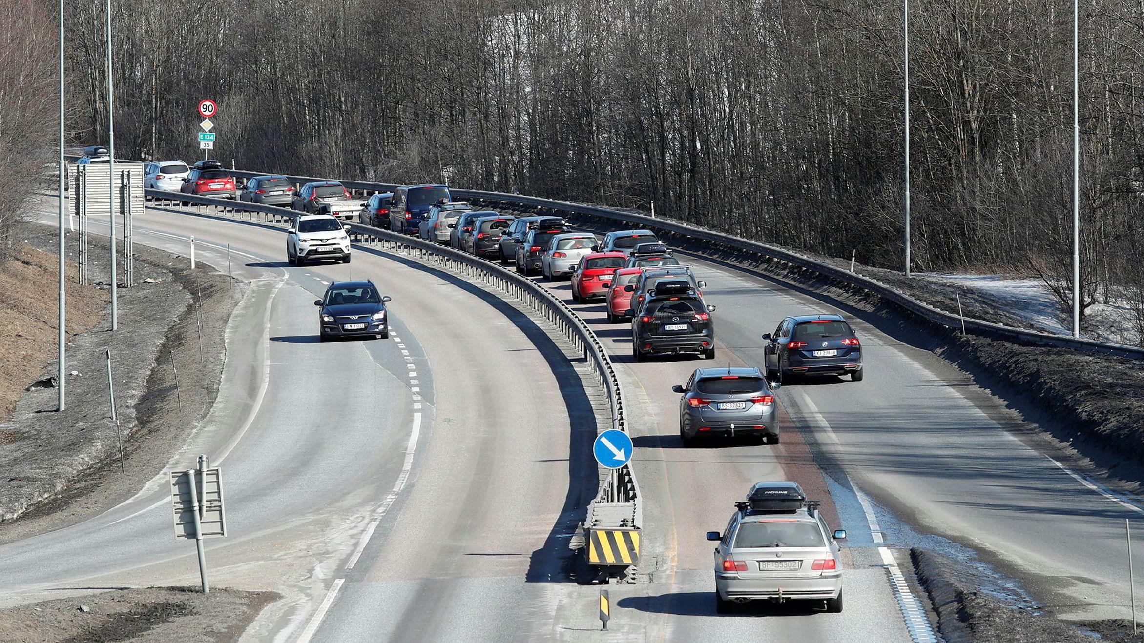 Bilkø mellom Hokksund og Vestfossen på E 134 i retning Drammen og Oslo tidlig på ettermiddagen første påskedag.