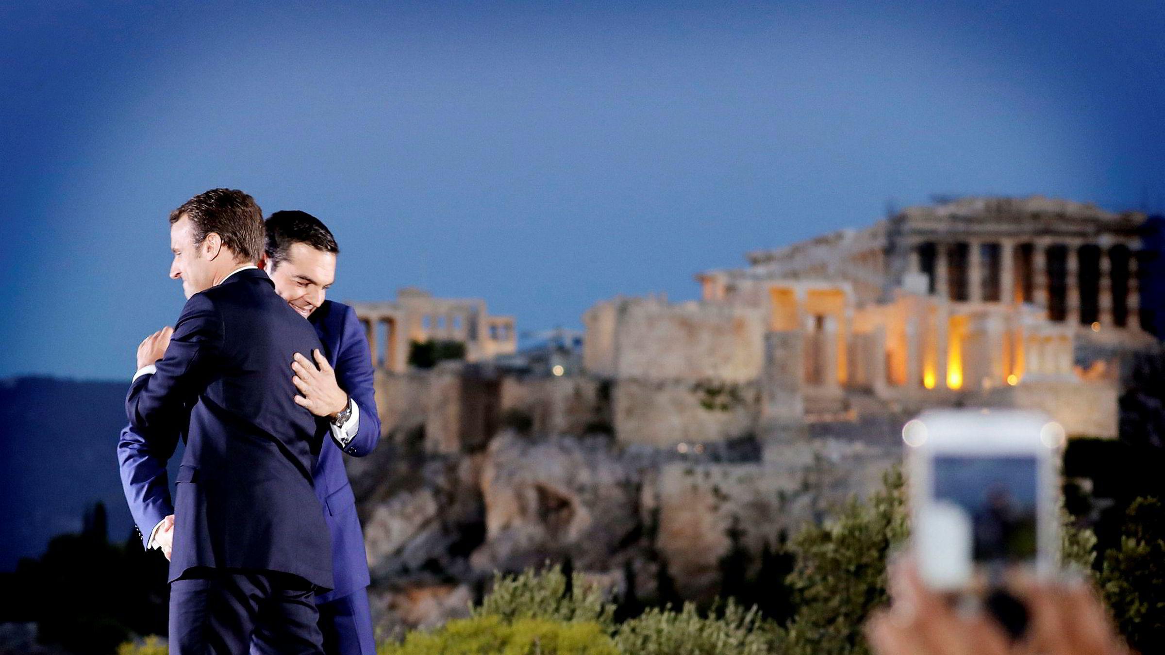 Torsdag talte den franske presidenten i Aten – symbolsk nok på Pnyx-høyden under Akropolis, der byens frie borgere møttes og skapte en form for demokrati for to og et halvt tusen år siden. Her Emmanuel Macron og Hellas' statsminister Alexis Tsipras.