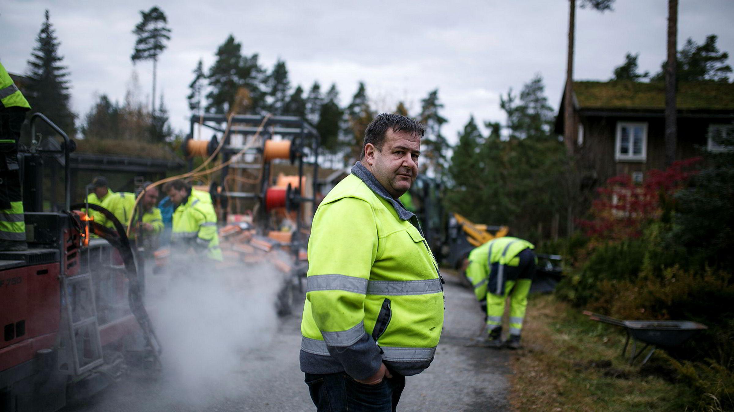 Microtrenching Norge er blitt gasellevinner i Buskerud på å trekke fiberoptikkabler med egenutviklede maskiner. Her er daglig leder og gründer Jan Carlo Tangen på befaring i en villavei på Gjerdrum, der nye fiberkabler blir lagt.