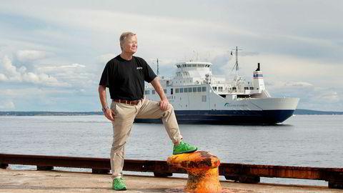 Torbjørn Johannson – styreleder i Asko Norge. Her i havnen i Horten med Bastøfergen i bakgrunnen. Selskapet etablerer rederi for å frakte gods med førerløse båter over Oslofjorden.