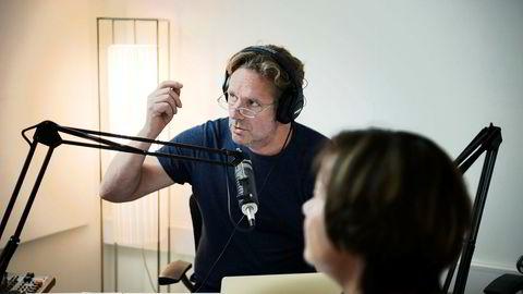 Nettavisens Anders Høglund er overrasket over gode lyttertall. Her i podkaststudio med Hege Storhaug.