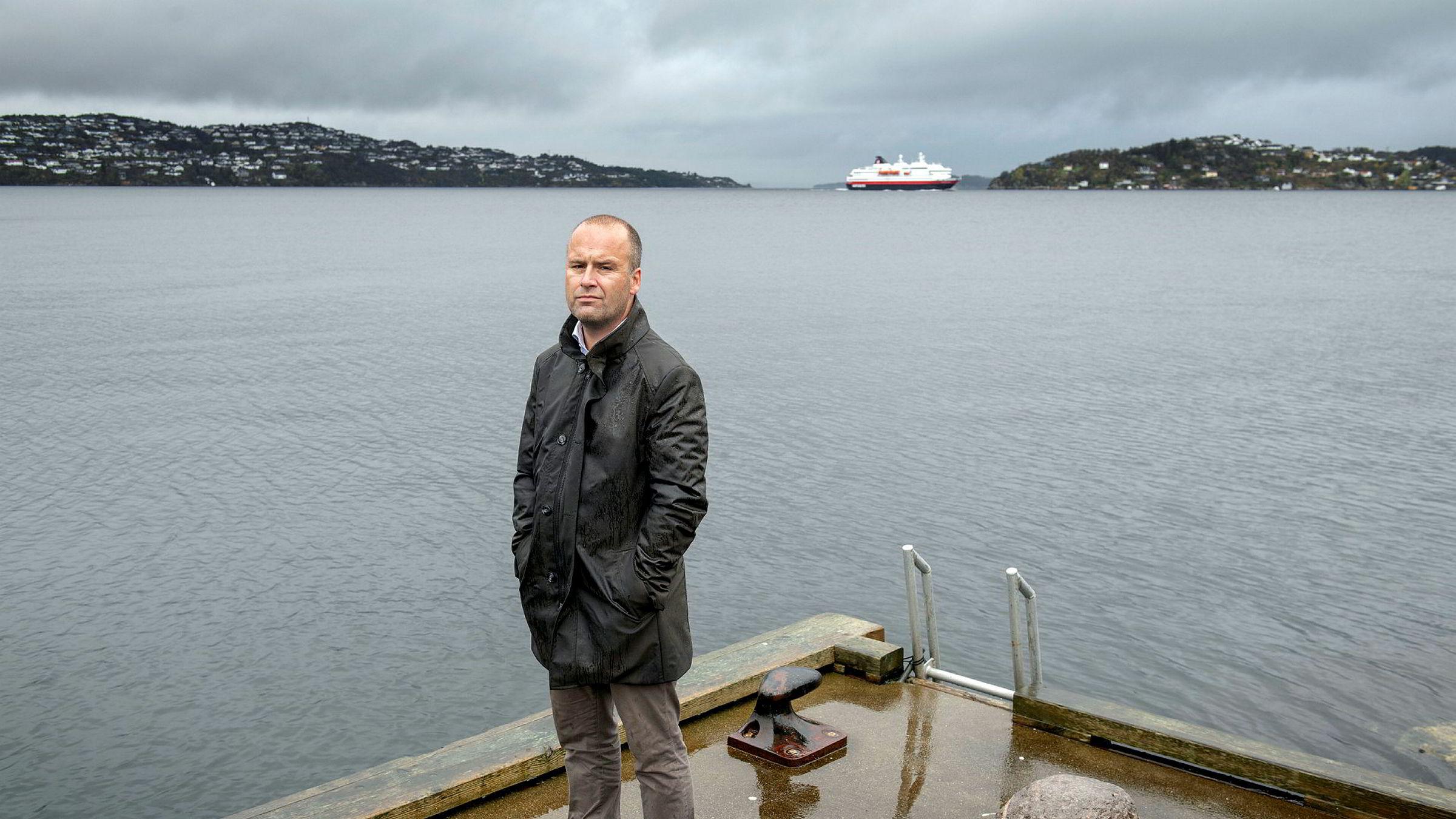 – Det er ingen regulering i internasjonalt farvann, sier en bekymret Aslak Berge, redaktør i Ilaks og Salmon Business. Her på kaien i Godvik utenfor Bergen.