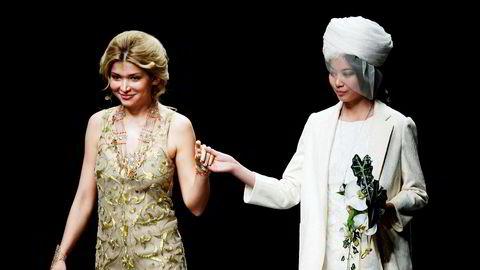 Svenske myndigheter har fått bevis for at det var presidentdatteren Gulnara Karimova (til venstre) som kontrollerte selskapet som fikk overført penger både fra Telia og delvis Telenor-eide Vimpelcom (nå Veon). Her med en modell under en fremvisning av en av hennes kleskolleksjoner.
