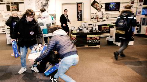 2Klokken 07.00 fredag startet kampen om ti stykk Playstation til 999 kroner hos Power på Sørlandssenteret i Kristiansand. Mange hadde stått i kø gjennom hele natten for å komme først.