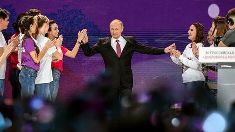 Russlands president inntar scenen for å holde en tale til frivilligarbeidere i Moskva tidligere denne uken. Å fremtre på denne måten, er alt Putin trenger å gjøre for å vinne presidentvalget neste år