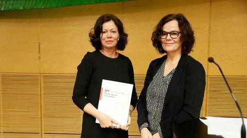 Barne- og likestillingsminister Solveig Horne (til venstre) mottok mandag forslag fra utvalgsleder Anne Lise Ellingsæter om endringer i støtten til barnefamiliene.