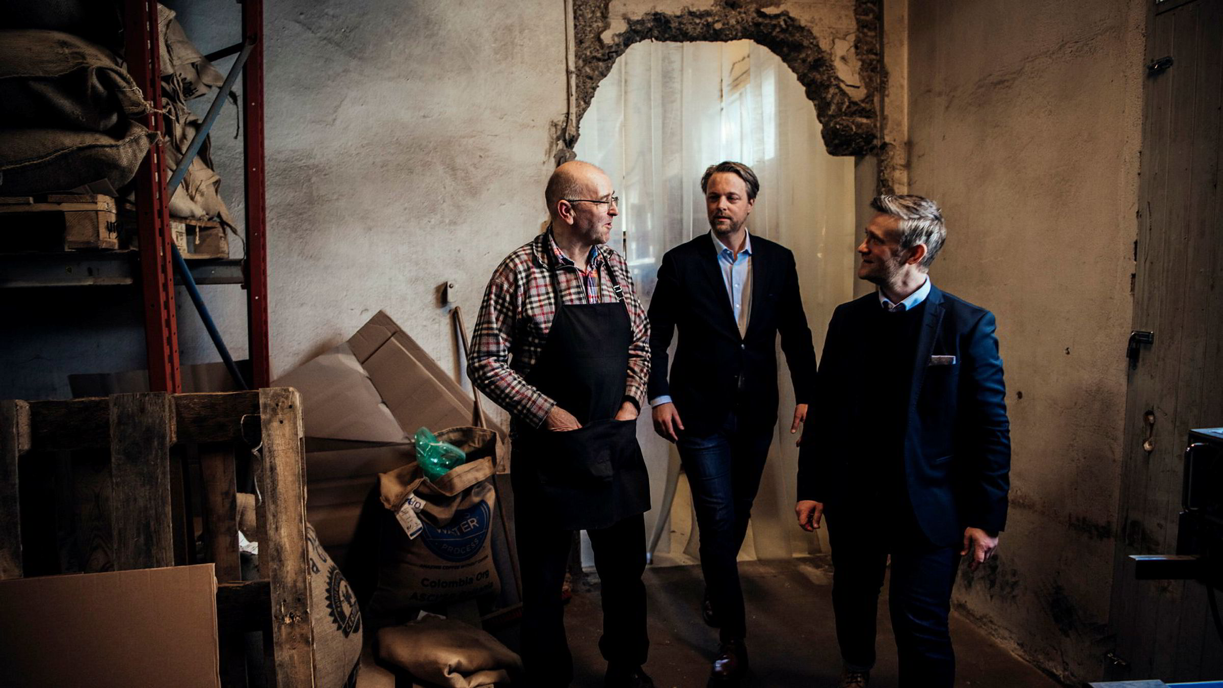 Sigurd Gramstad (til venstre) i Stavanger Kaffebrenneri snakker med David Baum (til høyre) og Jarle Holm i Vester AS om å finansiere en ny kaffebrenner til 1,8 millioner kroner.