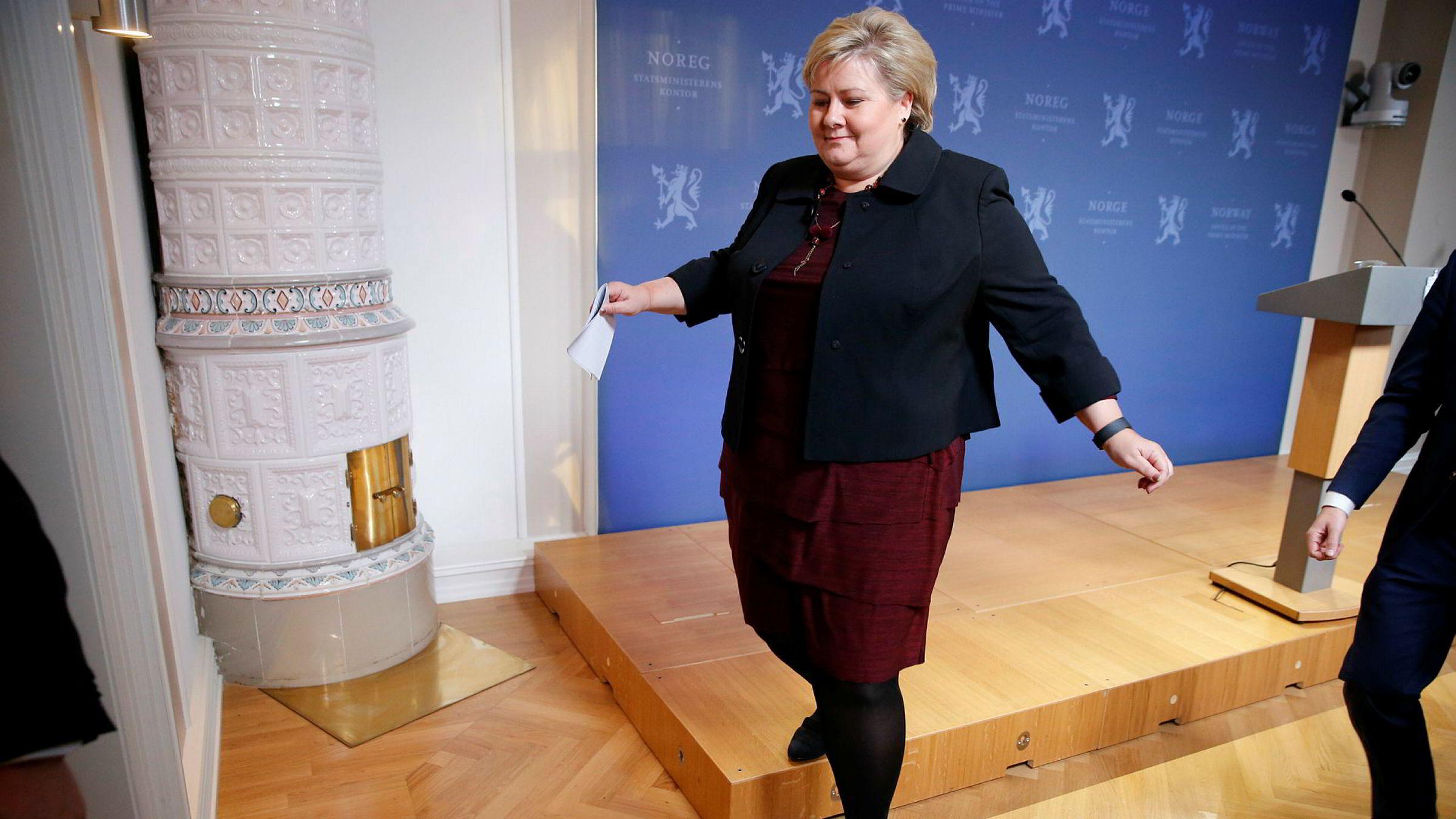 Ingen klare alternativer til å styre Norge hvis regjeringen går av. På bildet forlater statsminister Erna Solberg pressekonferansen denne uken der hun kommenterte den pågående budsjettprosessen