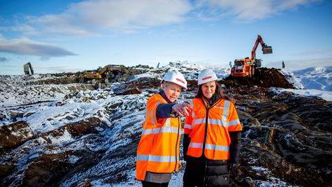 – Her planlegger vi å bygge Nordens største plastgjenvinningsanlegg, sier produktsjef Lisa Moen i Fortum til venstre og viser administrerende direktør i Grønt Punkt Norge as, Jaana Røine, området hvor fabrikken skal ligge.