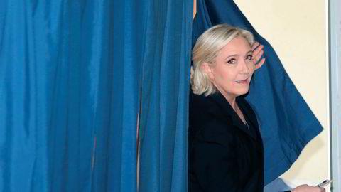 Nasjonal front-leder Marine Le Pen avla søndag sin stemme i et valglokale i Henin-Beaumont iHauts-de-France nord i Frankrike.